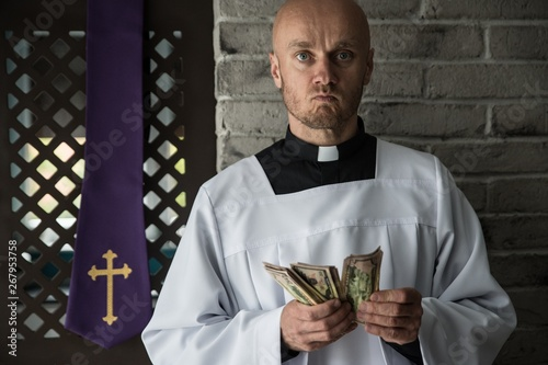 Stampa su Tela Catholic priest counting money in his hand