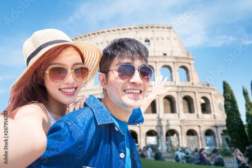 Cuadros en Lienzo couple selfie happily in Italy