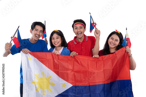 Photo  filipino group of people holding philippines flag celebrating independence day