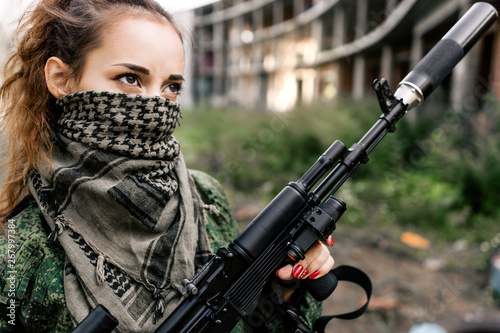 Pinturas sobre lienzo  Armed woman in camouflage holding a rifle close-up black and white photo