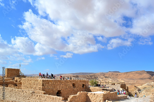 In de dag Rudnes Tourists visit the ruins of ancient fortress, strategic location high on a flat plateau above the Dead Sea