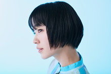 青いワンピースを着た若い女性