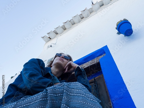 Mujer relajada en una calle de Alcalá de Júcar, Albacete, España