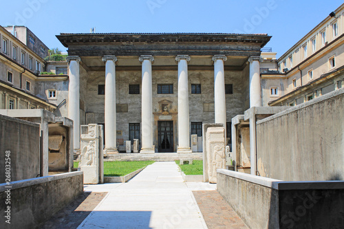 Photo The courtyard of the archaeological Museum with antique columns