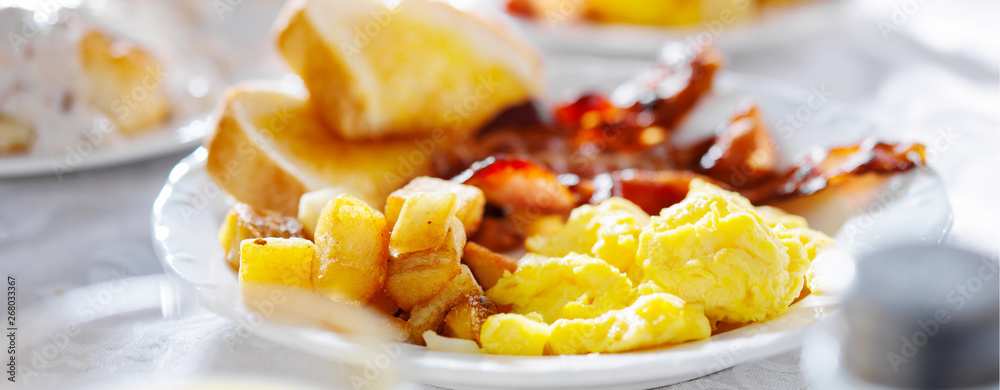Fototapeta breakfast with eggs bacon and hashbrowns panorama