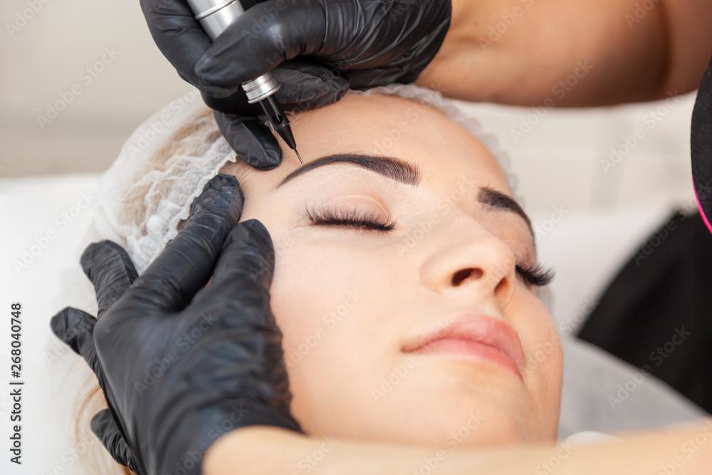 Fototapeta Makijaż permanentny - zabieg w salonie piękności