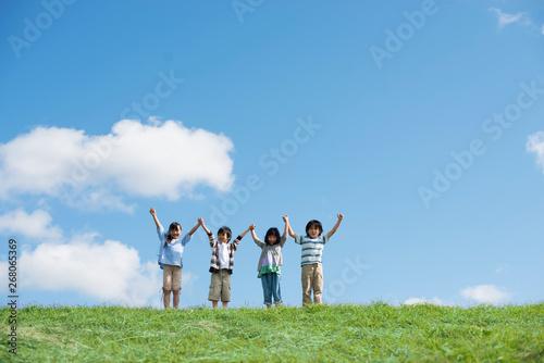 Vászonkép 草原で手をつなぐ小学生