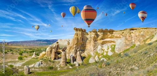 Photo Colorful hot air balloons in Cappadocia near Goreme, Turkey