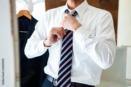 Billede på lærred ネクタイを締める男性