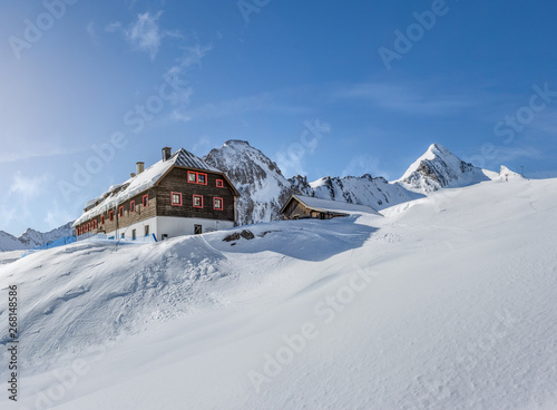Photo Wooden mountain hut in the alps in winter