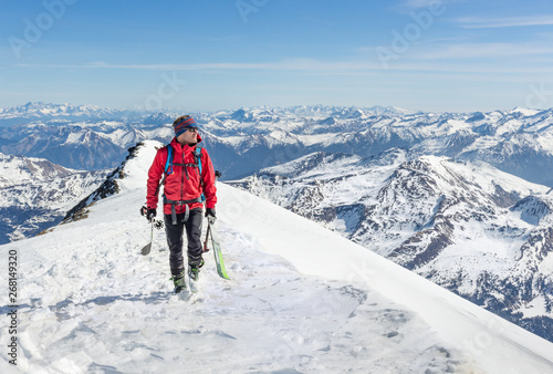 Poster Glisse hiver Male touring skier in the mountains
