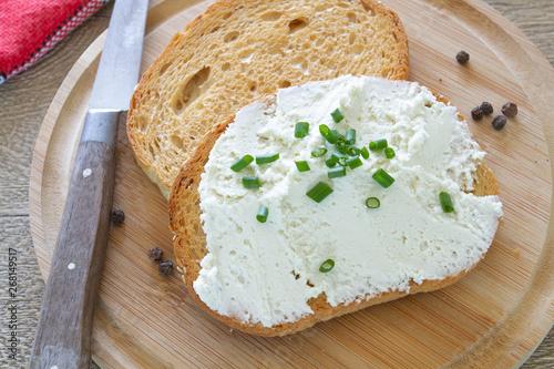 Photo tartine de fromage frais ail et fines herbes