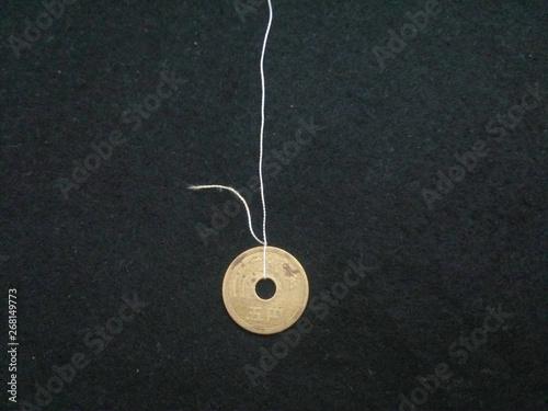 Valokuva  糸のついた5円玉