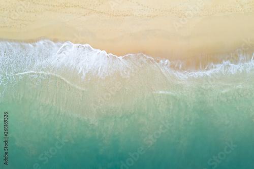 Fotografia Aerial view of turquoise ocean wave reaching the coastline