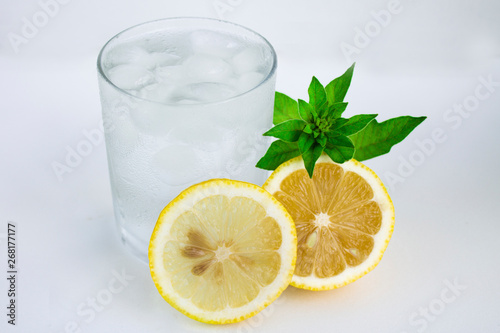 Poster Eclaboussures d eau Glass with cold water, lemon and mint. Cool water on a white background