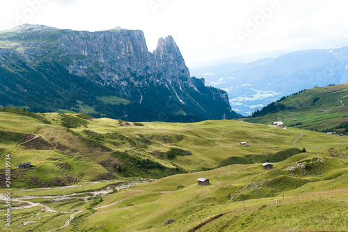 Fotografie, Obraz  Die Seiserüber 1600 Meter hoch gelegene Alm in Südtirol - ein beliebtes  Wander-