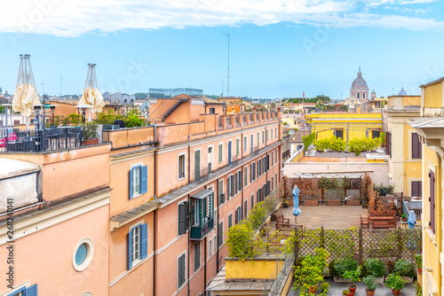 Photo Rome skyline with old colorful houses and rooftop terraces on sunny day
