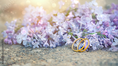 Stickers pour portes Lilac lilac flowers and wedding rings. Beautiful art spring natural flowers background with gold wedding rings. close up, soft selective focus