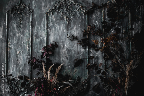 Fotografia dark wall decor with dried flowers textured fabrics in a luxurious royal Victori