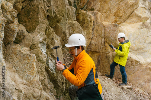 Fotografía geologists against the rocks in the canyon