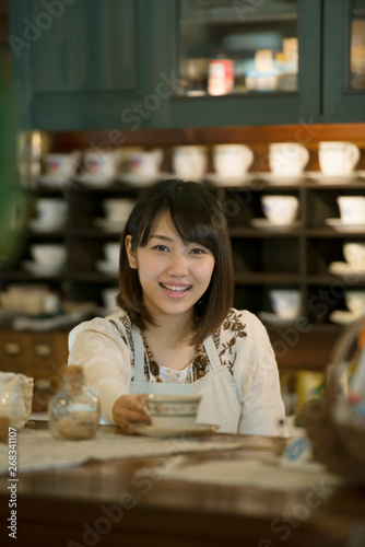 Foto op Plexiglas Bakkerij カウンターで微笑むカフェの店員