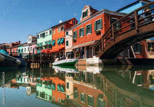 Pinturas sobre lienzo  Colorful houses in Burano with reflection in canal, Venice, Italy