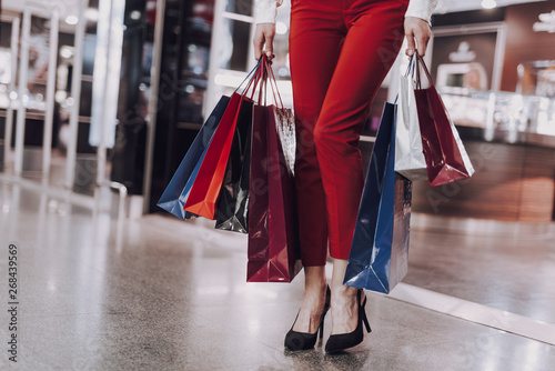 Fotomural Elegant woman is carrying packets after shopping