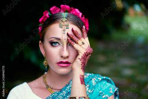 Photo Beautiful young indian woman in traditional clothing with bridal makeup and jewelry