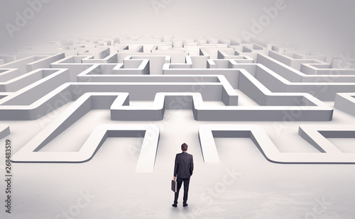 Photo Businessman getting ready to enter a 3D flat labyrinth concept