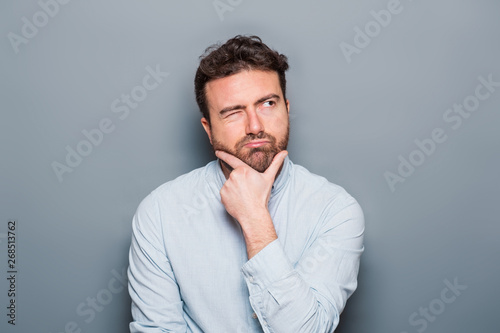Fotomural One man portrait isolated on gray background