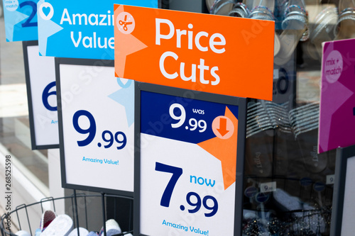 Fotografía  price cuts and amazing value signs outside budget shoe shop
