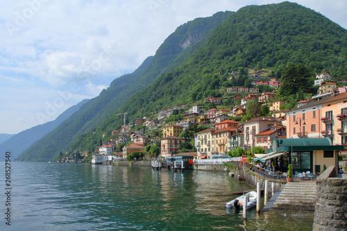 Photo borgo di argegno sul lago di como in italia, argegno village on the shores of co