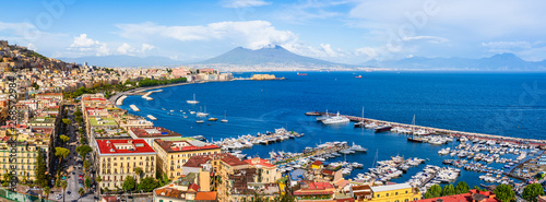 Montage in der Fensternische Neapel Naples city and port with Mount Vesuvius on the horizon seen from the hills of Posilipo. Seaside landscape of the city harbor and golf on the Tyrrhenian Sea