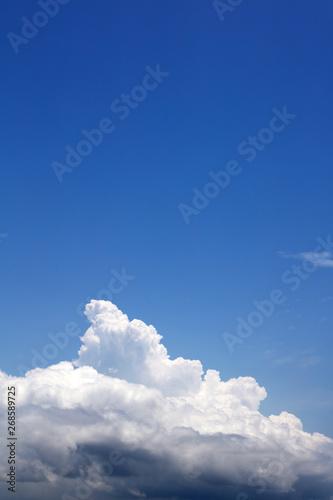 Fotografia  沖縄上空の青い空と流れる雲