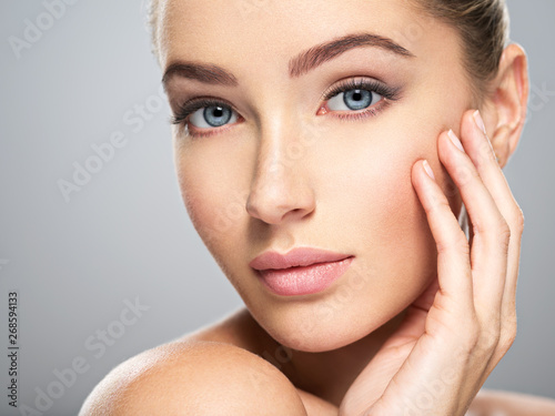 Photo  Young woman with beautiful face. Skin care