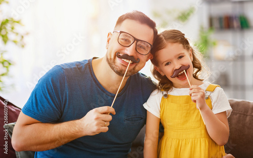 Cadres-photo bureau Pain Father's day. Happy funny family daughter and dad with mustache .