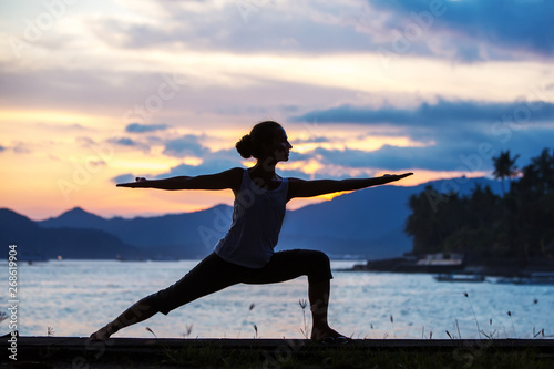 Photo  Caucasian woman practicing yoga at seashore