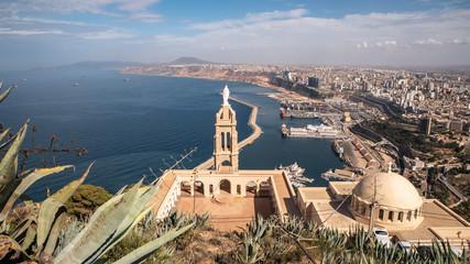 Katedrala na vrhu planine i panoramski pogled na Oran, Alžir
