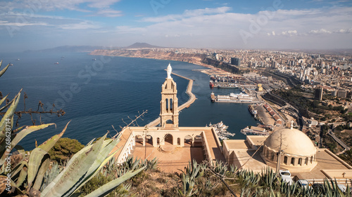 Photo Mountain top cathedral and panorama skyline view of Oran, Algeria