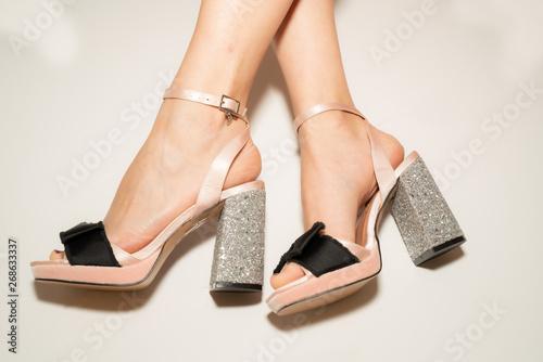 Fotografía Elegant high heel shoes and beauty woman legs