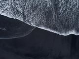 Widok z lotu ptaka z drona z czarnej, piaszczystej plaży. Tekstury natury - 268643380