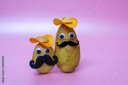 Платно funny potato head with face on pink background