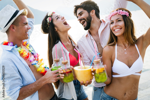 Photo sur Aluminium Kiev Group of happy friends partying and having fun on summer vacation