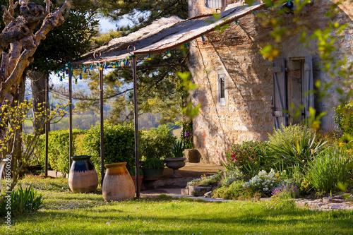 Tonnelle et terrasse dans un jardin en France Fototapet