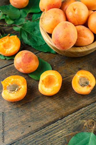 Photo ripe apricots with green leaves