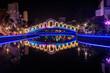 Melaka bei Nacht mit Fluß, Brücke und Wasserspiegelung in Malaysia