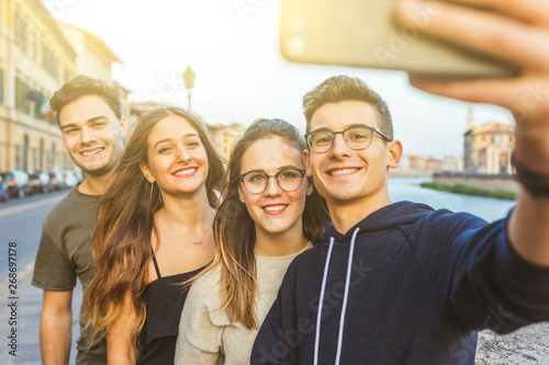 Fotografiet  Teenage friends taking a selfie together in the city