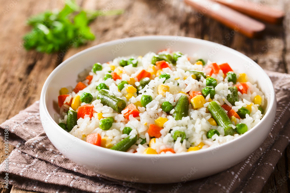 Fototapety, obrazy: Cooked white rice mixed with colorful vegetables (onion, carrot, green peas, corn, green beans) in white bowl (Selective Focus, Focus in the middle of the dish)