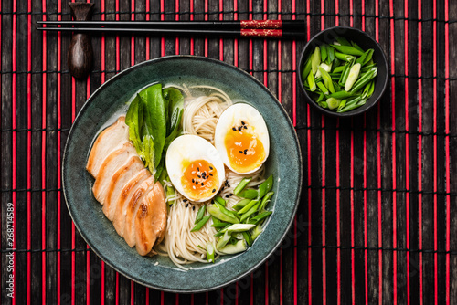 Photo  Ramen noodle soup with chicken and egg on bamboo mat