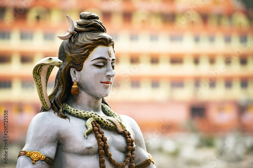 Fotografia Stunning view of the statue of sitting Lord Shiva on the riverbank of the Ganges river